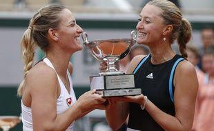 La Hongroise Timea Babos et la Française Kristina Mladenovic, victorieuses de la finale du double à Roland-Garros, le 9 juin 2019.