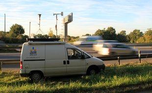 Un camion d'Air Breizh est garé au bord de la rocade de Rennes pour mesurer la pollution de l'air.