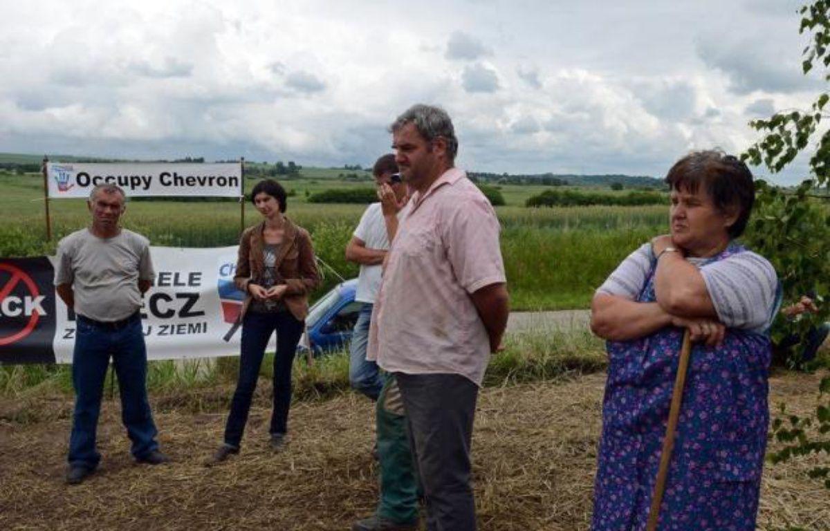 Une vingtaine d'habitants de Zurawlow, un village du sud-est de la Pologne, bloque depuis plusieurs jours les travaux du géant américain Chevron sur un site d'exploration de gaz de schiste, dénonçant les risques pour l'environnement dans leur région, a constaté l'AFP sur place. – Janek Skarzynski AFP