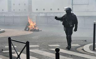 A Grenoble, les forces de l'ordre ont été caillassées par des lycéens ayant mis le feu à des poubelles (illustration)