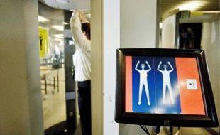 Démonstration des performances d'un scanner à l'aéroport de Schipol, aux Pays-Bas.