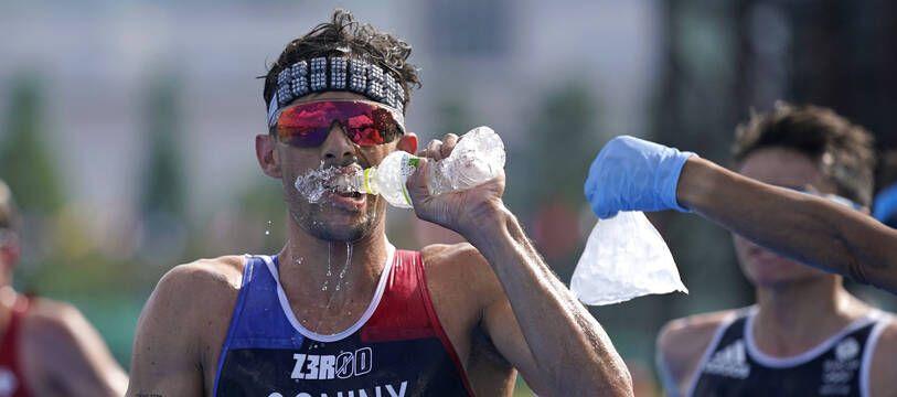 Le Français Dorian Coninx lors du relai mixte de triathlon aux jeux olympiques de Tokyo, le 31 juillet 2021, avec une médaille de bronze pour la France.