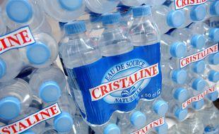 Des packs de bouteilles d'eau Cristaline (illustration).