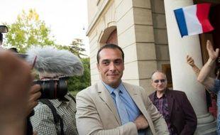 Joris Hebrard (d), candidat FN aux municipales du Pontet (Vaucluse), après son élection au 1er tour le 31 mai 2015