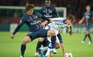 Le défenseur du PSG à la lutte avec un joueur du Dynamo Kiev, Maxwell, le 18 septembre 2012 à Paris.