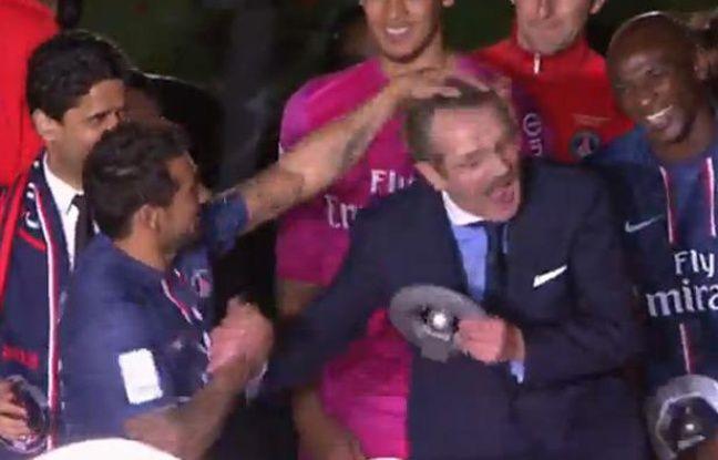 Capture d'écran de la cérémonie de fête du titre du PSG le 19 mai 2013 lors de laquelle Ezequiel Lavezzi décoiffe Frédéric Thiriez.