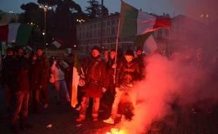 """""""Ni de droite ni de gauche"""", des milliers de manifestants venus défendre """"les Italiens qui ne tiennent même pas jusqu'à la troisième semaine du mois"""", ont réclamé mercredi à Rome la fin de l'austérité et le départ du gouvernement d'Enrico Letta."""