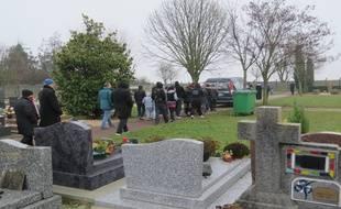La famille de Maria Francesca, bébé rom décédé de la mort subite du nourrisson le lendemain de Noël, accompagne son cercueil au cimetière de Wissous dans l'Essonne.