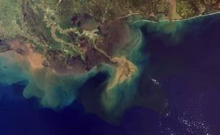 Ici la côte du golfe du Mississippi, une zone océanique morte à cause de la dénutrification, causée par le fleuve.