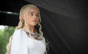 Emilia Clarke incarne Daenerys Targaryen dans la saison 5 de Game of Thrones.