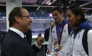 Le président François Hollande félicite l'athlète malvoyante Assia El Hannouni, après sa médaille d'or sur 200m aux Jeux paralympiques de Londres le 6 septembre 2012.