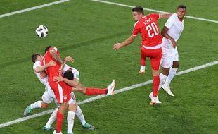 Mitrovic ceinturé par les défenseurs Suisses lors du match perdu par la Serbie (2-1).