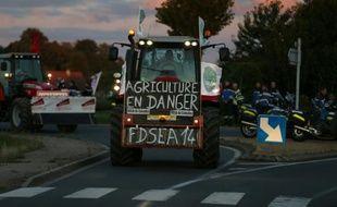 Des agriculteurs sur une route près de Caen à la veille d'une grande manifestation prévue à Paris, le 2 septembre 2015