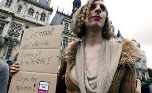 """Plusieurs centaines de """"trans"""", des personnes qui changent d'identité sexuelle, défilaient samedi dans les rues de Paris à l'occasion de la 17e marche Existrans pour réclamer notamment une loi sur le changement d'état-civil, a constaté une journaliste de l'AFP."""