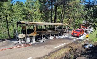 Le bus a été complètement détruit par les flammes.