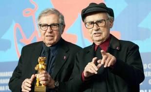 Les cinéastes italiens Paolo et Vittorio Taviani (à droite) avec leur Ours d'or à la Berlinale 2012