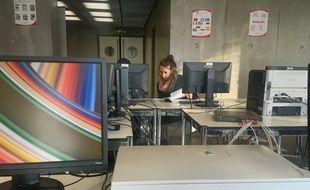 Une bibliothécaire spécialisée emploi à l'écoute lors d'une séance emploi à la médiathèque André Malraux à Strasbourg. Le 23 novembre 2017.