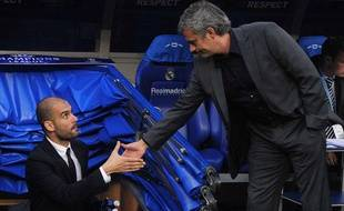 José mourinho sert la main de Pep Guardiola, le 27 avril 2011, avant le match Madrid-Barcelone, au stade Bernabeu.