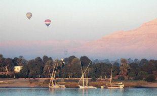Des montgolfières survolent Louxor, en Egypte