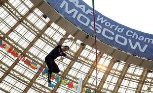 Le Français Renaud Lavillenie lors des qualifications du concours du saut à la perche, le 10 août 2012, à Moscou.
