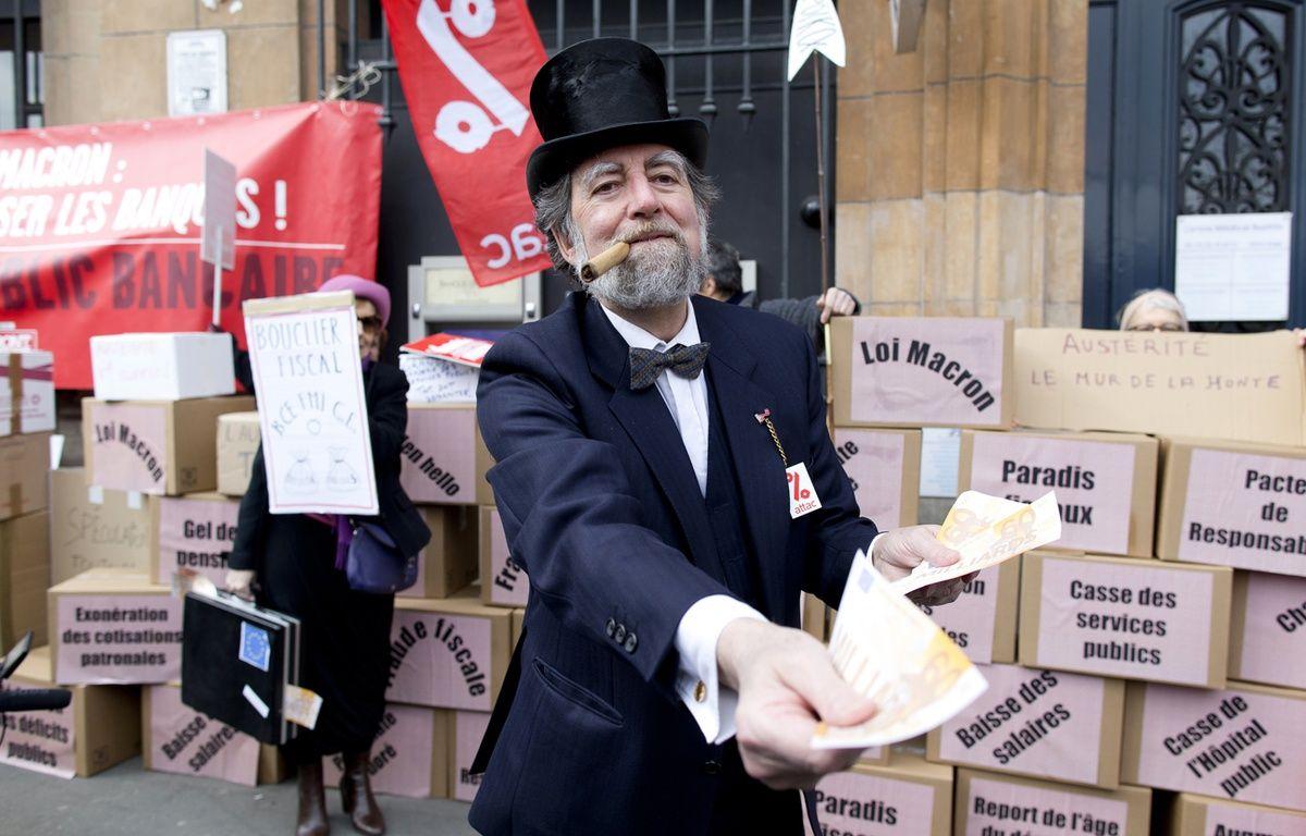Paris, le 14 mars 2015. Un homme déguisé en banquier participe à une manifestation contre l'austérité devant la Banque de France.  – KENZO TRIBOUILLARD / AFP