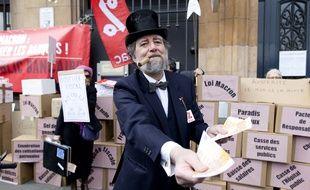 Paris, le 14 mars 2015. Un homme déguisé en banquier participe à une manifestation contre l'austérité devant la Banque de France.