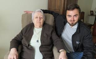 Henriette, une des bénéficiaires de la conciergerie Allo Bernard, avec Guillaume Broca de al scop Palanca.