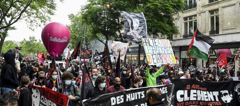 Manifestants et activistes antifascistes défilent dans les rues de Paris à la mémoire de Clément Méric, le 5 juin 2021.