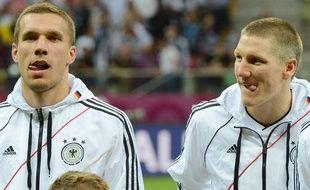 Les joueurs allemands Lukas Podolski et Bastian Schweinsteiger avant leur défaite en demi-finale de l'Euro contre l'Italie, le 28 juin 2012, à Varsovie.