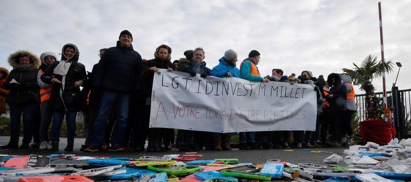 Des salariés de Remade devant un stock de smartphones usagés, le 13 décembre 2019.
