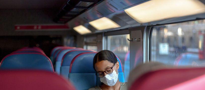 Une voyageuse dans un train SNCF