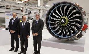 Le président Francois Hollande (C), le Pdg américain d'Albany Joseph G. Morone (g) et le Pdg français de Safran Jean-Paul Herteman lors de l'inauguration de l'usine de Commercy le 24 novembre 2014