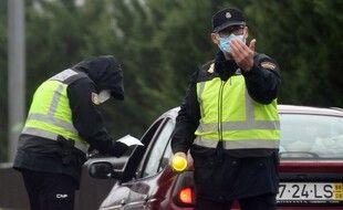 Des policiers espagnols à un point de contrôle entre la Galice et le Portugal, le 31 janvier.