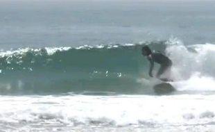 Capture d'écran d'une vidéo de Japonais qui surfent à côté de Fukushima.