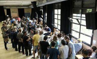 Des personnes attendent pour voter à Barcelone capitale de la Catalogne, le 27 septembre 2015 en Espagne