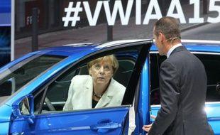 La Chancelière allemande Angela Merkel sort d'une Tiguan GTE hybrid exposée sur le stand du constructeur Volkswagen au salon de l'automobile de Francfort, le 17 septembre 2015