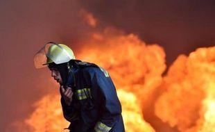Un pompier ukrainien près du gigantesque brasier qui fait rage dans un dépôt pétrolier près de Kiev, le 9 juin 2015
