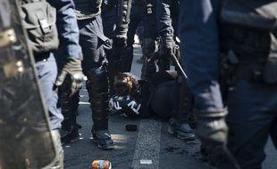 Le journaliste Gaspard Glanz arrêté par des policiers Place de la Republique pendant la manifestation des «gilets jaunes» samedi 20 avril 2019.