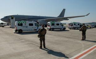 Un avion de l'armée française va de nouveau transporter des patients atteints du coronavirus.