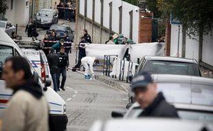 La police scientifique éffectue des relevés devant le collège juif Ozar Hatorah où a eu lieu une fusillade tuant quatre personnes dont trois enfants à Toulouse. Lundi 19 mars 2012.