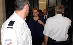 Isabelle Prevost-Desprez quitte la salle du tribunal correctionnel de Bordeaux avec son avocat le 8 juin 2015