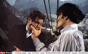 Richard Kiel tient tête (et mâchoire) à Roger Moore dans «Moonraker» (1979).