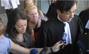 Les familles des victimes et leur avocat, en colère hier à la sortie du tribunal.