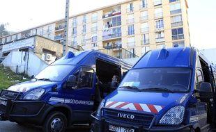 Des camionnettes de la police stationnées devant le quartier des Jardins de l'Empereur, à Ajaccio, le 28 décembre 2015.