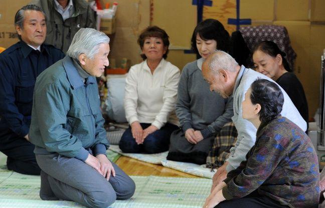 L'empereur Akihito auprès de rescapés du tsunami de 2011, à Kamaishi, dans le Nord-Est du Japon, le 6 mai 2011.