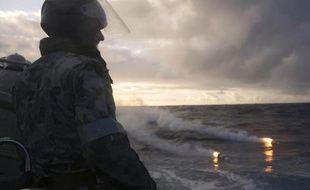 Photo de la marine australienne prise le 13 avril 2014 montrant un marin engagé dans les opérations de recherche en mer de l'avion Boeing de la Malaysia airlines disparu le 8 mars