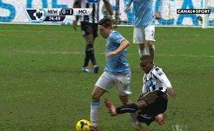 Samir Nasri (en bleu) victime d'un coup de pied de Mapou Yanga MBiwa, lors d'un match de Premier League entre Manchester City et Newcastle, le 12 janvier 2014.