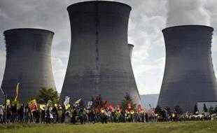 Un militant de Greenpeace a survolé puis s'est introduit mercredi matin dans la centrale nucléaire du Bugey dans l'Ain avec un paramoteur, avant d'être interpellé, a-t-on appris auprès des gendarmes et de l'organisation de défense de l'environnement.