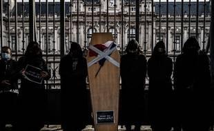 Environ 200commerçants indépendants de Lyon ont organisé une marche funèbre lundi matin pour dénoncer leur situation.