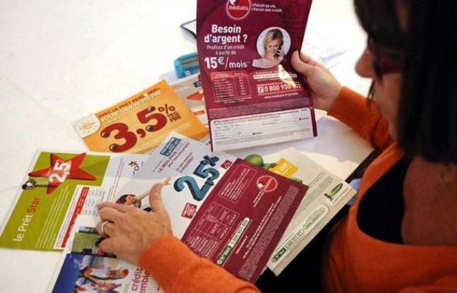 Une femme examine différentes offres de crédits à la consommation